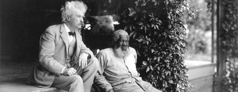 Mark Twain sentado viendo hacia el futuro con inspiración